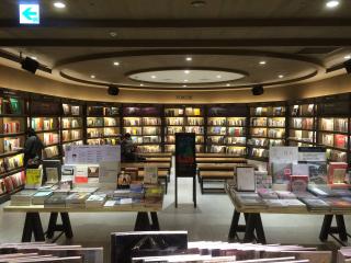 Bookstore-1193316_1920